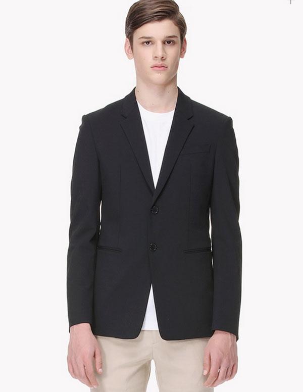Ngày 30/3, nam thần đang lên của 'Hậu duệ mặt trời' Song Joong Ki xuất hiện trực tiếp trên bản tin News9 của đài KBS. Anh diện một bộ vest đơn giản nhưng vẫn đủ làm nổi bật vẻ điển trai, lịch lãm trên sóng truyền hình.Được biết cả cây đồ vest là của thương hiệu SYSTEM HOMME, áo vest với thiết kế đơn giản có giá 580,000 Won (khoảng hơn 11 triệu đồng)..