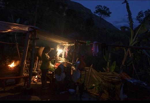 Jie, vợ Wen, đang nấu ăn tối ở bếp ngoài trời tại nhà chồng. Bố mẹ Wen làm công nhân nhập cư ở tỉnh An Huy và gửi tiền về cho các con hàng tháng. Đây cũng là nguồn thu nhập duy nhất của đôi trẻ. Ở một số ngôi làng có điều kiện kinh tế khó khăn, bố mẹ của nhiều cặp vợ chồng trẻ phải rời bỏ quê hương đến các thành phố lân cận tìm việc, để lại con cho ông bà chăm sóc.