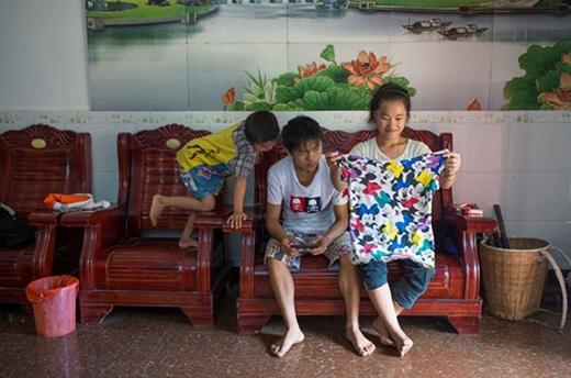 Xiao Li, 17 tuổi, là vợ của Xiao Min, 19 tuổi. Hai người là anh em họ và đã kết hôn ba năm. Kết hôn và mang thai sớm được chấp nhận ở một số tỉnh phía tây nam Trung Quốc. Tuy nhiên theo Xiao, điều này có thể gây ra nhiều trở ngại về kinh tế và giáo dục, đặc biệt cho các bé gái.