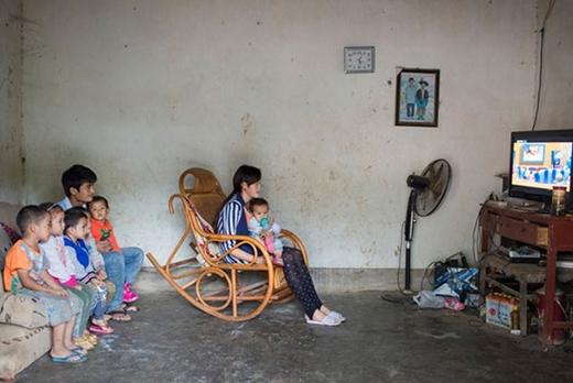 Bế đứa con gái một tuổi trong lòng, Xin, 16 tuổi, đang ngồi xem hoạt hình cùng chồng và những đứa trẻ hàng xóm. Đôi vợ chồng trẻ bắt đầu hẹn hò 3 năm trước, khi đang học lớp 5.