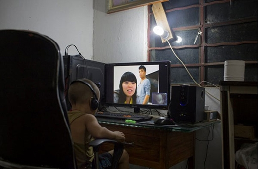 Cậu bé Le, 3 tuổi, đeo tai nghe và ngồi trước màn hình máy tính để trò chuyện với mẹ. Người mẹ 20 tuổi đang làm công nhân ở tỉnh Chiết Giang và gửi con nhờ gia đình chú ở quê chăm sóc. Tại các vùng nông thôn, không ít trường hợp nghỉ học giữa chừng, kết hôn và tìm kiệc ở nơi khác, để lại con cho ông bà chăm sóc.