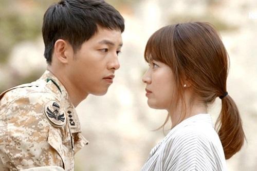 """Song Hye Kyo cũng """"phải lòng"""" đại úy Yoo."""
