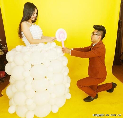 Cô dâu diện chiếc váy cưới có 1-0-2 được chú rể may bằng 600 trái bóng bay
