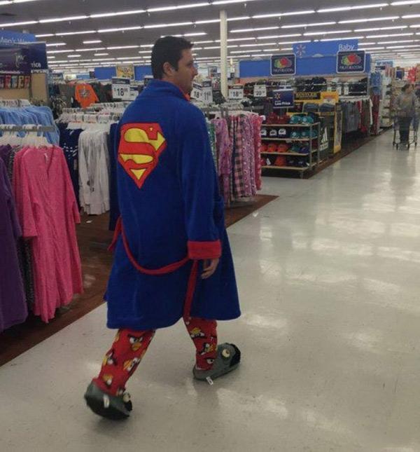 'Super Man' mua gì mà vội không kịp thay đồ vậy?