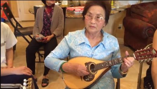 Thích thú xem Chí Tài đàn cho mẹ Hoài Linh hát