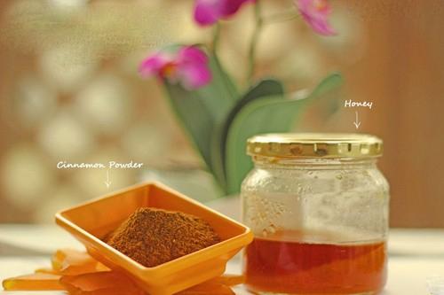 Nguyên liệu cần chuẩn bị gồm bột quế và mật ong.