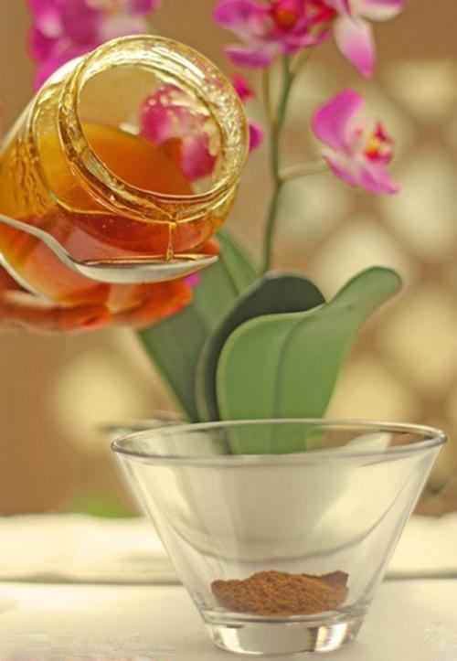Bước 2: Bổ sung thêm 2 thìa mật ong vào bát cùng với bột quế.