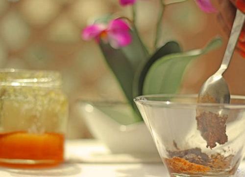 Bước 3: Dùng thìa trộn đều mật ong và bột quế hòa lẫn với nhau tạo thànhhỗn hợp nhuyễn mặt nạ.