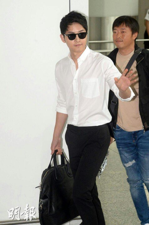 Song Joong Ki chuẩn soái ca sơ mi trắng nhưng lộ chiều cao khiêm tốn tại sân bay