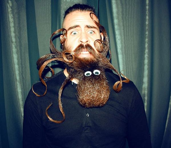 14. Nhìn bộ râu đã thấy sợ chứ chưa nói đến lại gần.