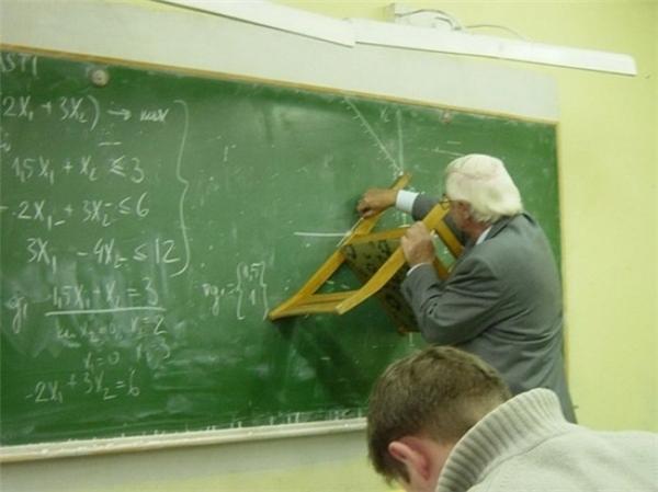 Một giáo viên giỏi luôn luôn tìm thấy các công cụ mà họ cần để tạo ra một tam giác chính xác.