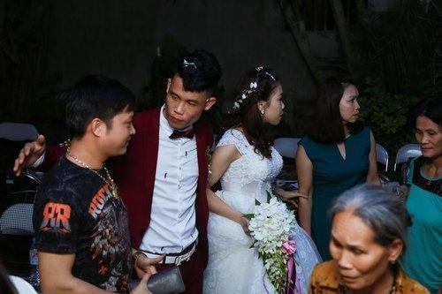 Trải qua quãng đường dài đón dâu từ nhà gái ở Quảng Ninh về đến Hưng Yên nhưng cả cô dâu, chú rể đều tỏ ra vui vẻ và luôn tươi cười đón khách. - Tin sao Viet - Tin tuc sao Viet - Scandal sao Viet - Tin tuc cua Sao - Tin cua Sao