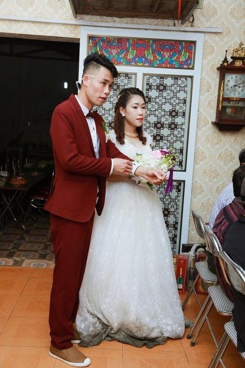 Vì đón dâu trong ngày mưa phùn nên váy cô dâu lấm lem bùn đất. - Tin sao Viet - Tin tuc sao Viet - Scandal sao Viet - Tin tuc cua Sao - Tin cua Sao