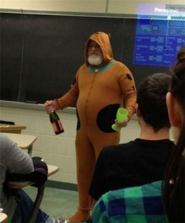 """""""Giáo viên của tôi đã hứa rằng nếu cả lớp đều đạt điểm cao trong bài kiểm tra, thầy sẽ mặc trang phục Scooby – Doo với một chai rượu sâm banh không cồn. Chúng tôi đã làm điều đó và thầy đã giữ lời hứa của mình. """""""