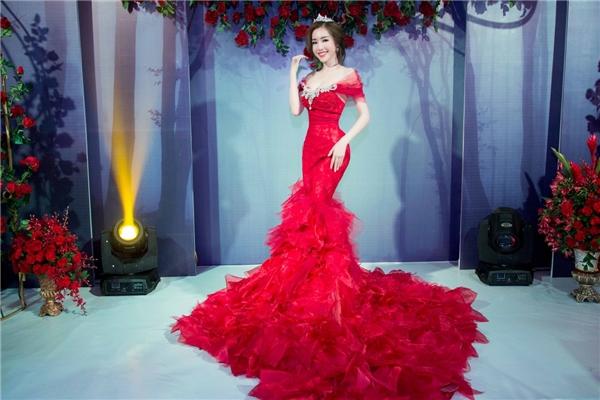 Elly Trần khoe vẻ quyến rũ đọ sắc bên Á hậu Huyền My