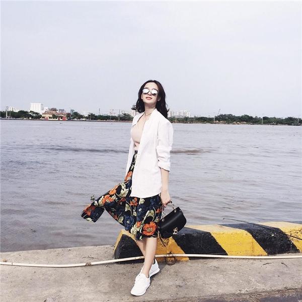 Trong khi đó, Angela Phương Trinh lại có vẻ đằmhơn với những sắc màu như: trắng, nude hay xanh đen thẫm. Họa tiết hoa mảng lớn giúp tổng thể bộ trang phụctrở nên bắt mắt hơn. Nữ diễn viên tạo nên sự tương phản thú vị khi kết hợp trang phục điệu đà, nữ tính cùng giày thể thao năng động, cá tính.