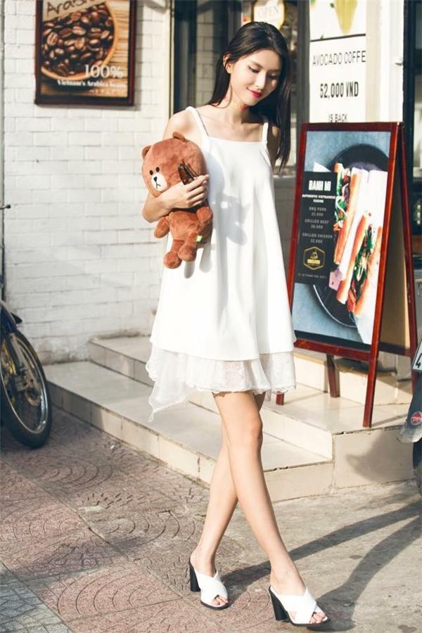Thùy Dương khoe chiều cao lí tưởngtrong dáng váy rộng giấu đường cong. Bộ trang phục kết hợp hài hòa hai chất liệu mềm mại, điệu đà: voan, ren.