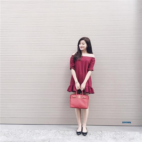 Sắc đỏ rượu vừa nổi bật nhưng lại mang đến vẻ ngoài dịu dàng, ấm áp cho Á hậu Huyền My. Với trang phục đời thường, nhan sắc gốc Hà thành luôn ưa chuộng những kiểu dáng đơn giản, năng động, trẻ trung.