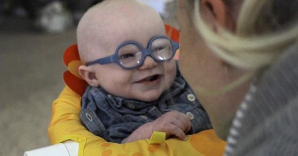 Clip nụ cười hạnh phúc của cậu bé 4 tháng tuổi mất thị lực lần đầu nhìn thấy mẹ
