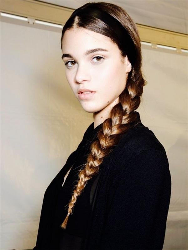 Nếu khéo tay hơn một chút, bạn có thể hô biến cho mái tóc dài của mình với đủ kiểu tóc tết, trong đó đơn giản nhất là tóc tết ba cổ điển kết hợp với băng đô thật dịu dàng như thế này...