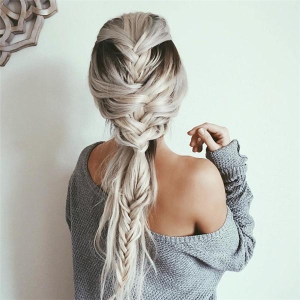 Nếu bạn có mái tóc dài nhuộm màu sáng thì tóc tết lên sẽ rất đẹp và nổi bật.