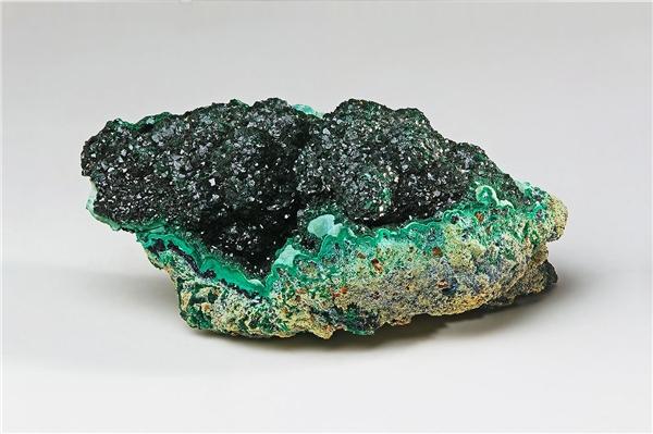 Malachite-một khoáng vật chứa nhiều độc tố từng được sử dụng để tạo nên màu mắt xanh cho phụ nữ.