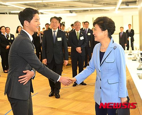 Song Joong Ki vinh dự được gặp Tổng thống Hàn Quốc