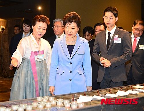 Song Joong Ki đẹp trai ngời ngời khi gặp Tổng thống Hàn