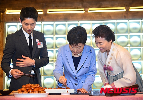 Joong Ki sáng ngời ngời trong vai trò là đại sứ du lịch Hàn Quốc
