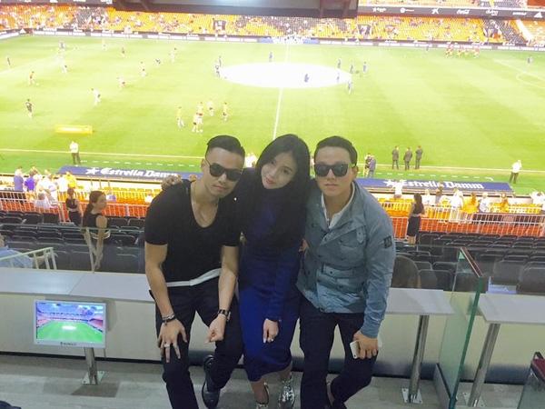 Denis Do (ngoài cùng bên trái) và Kim Lim, David đi xem đá bóng ở Tây Ban Nha.