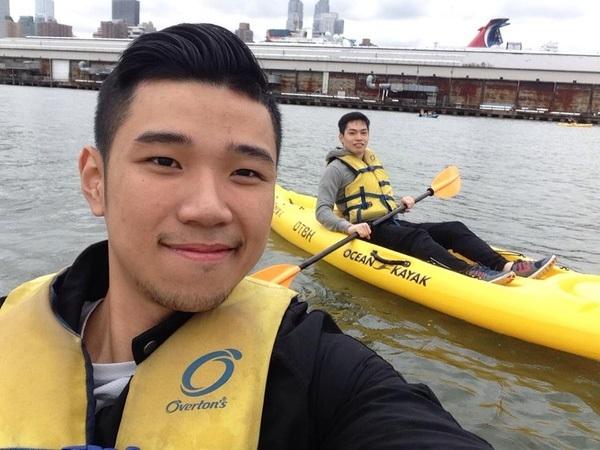 Đỗ Hoàng Việt đi chèo thuyền trên sông New York cùng bạn thân.