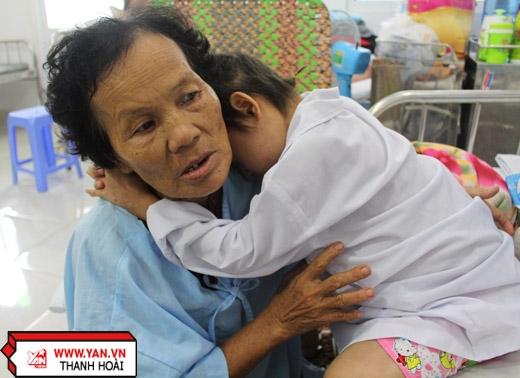 Người mẹ thắt lòng thương con gái 8 tuổi mắc bệnh ung thư chờ chết