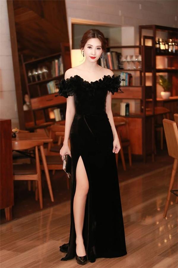 Người đẹp gốc Bạc Liêu diện váy đen xẻ tà được thực hiện trên nền chất liệu nhung kết hợp những chi tiết cầu kì ở phần vai trễ. Phụ kiện đi kèm đều được Đặng Thu Thảo kết hợp cùng tông với trang phục.