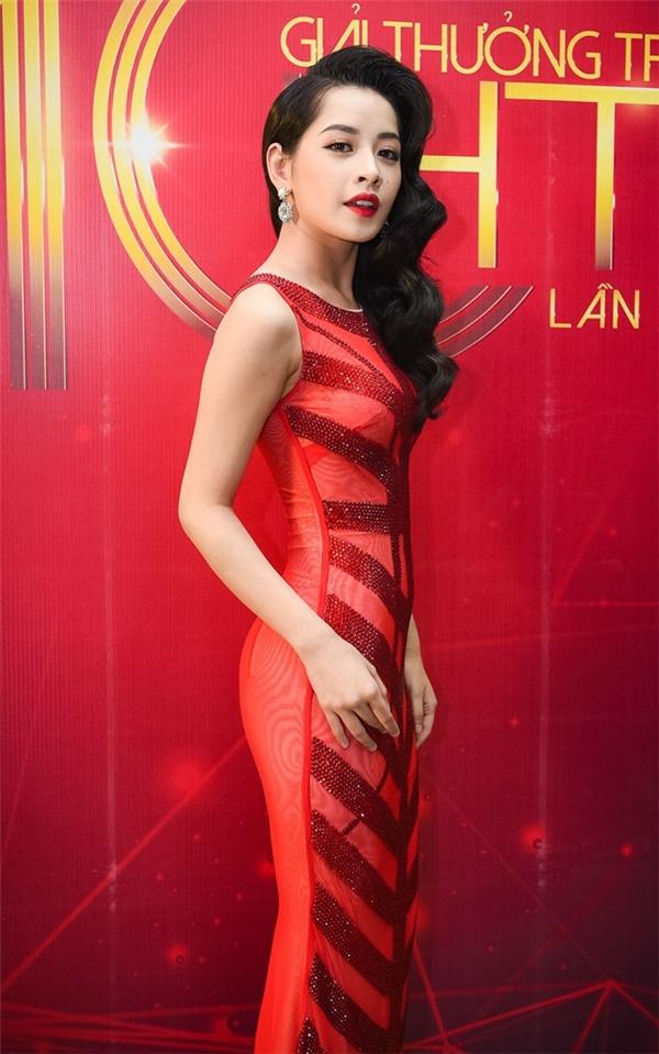Chi Pu khoe đường cong quyến rũ trong dáng váy đuôi cá khi xuất hiện trên sóng truyền hình vừa qua. Bên cạnh sắc đỏ nổi bật, bộ váy còn gây ấn tượng bởi những họa tiết đính kết đối xứng trải đều khắp chiều dài của thân váy trước.