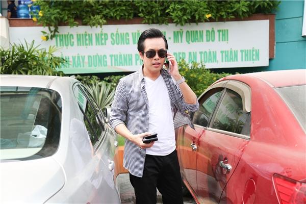 Dương Khắc Linh năng động với áo phông trắng kết hợp cùng quần tây đen đơn giản. Đặc biệt, nam nhạc sĩ trông ngầu hơn với chiếc kính đen cá tính.