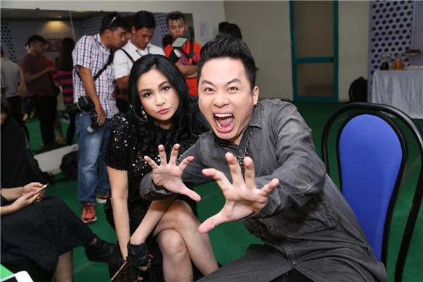 Tùng Dương làm xấu bên đàn chị Thanh Lam đang tạo dáng chu môi đáng yêu.