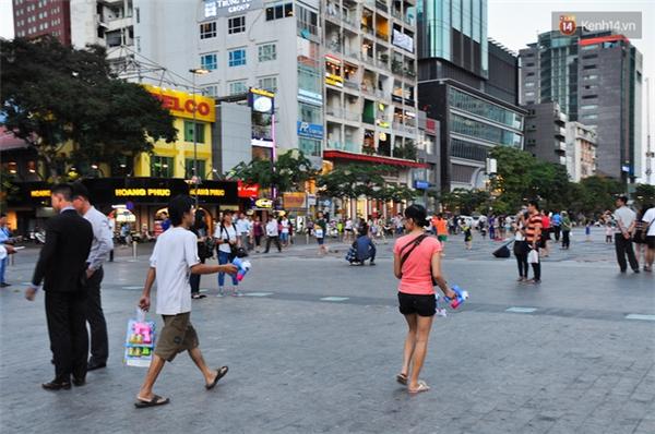 Đội quân bán hàng rong tập trung rất nhiều trên phố đi bộ Nguyễn Huệ.
