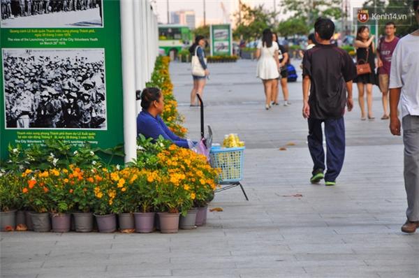 Người bán thức ăn thường ngồi hai bên rìa đường đi bộ để dễ chạy khi lực lượng chức năng tới.