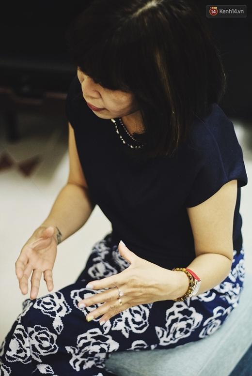 Chị Mai Anh nhắc lại chuyện từng bán nhẫn đính hôn để chạy chữa cho con và hứa với chồng, khi có tiền nhất định sẽ mua lại.