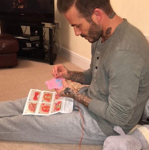 """Hình ảnhDavid Beckham ngồi khâu búp bê cho con gáiHarpertừng khiến cộng đồng mạng xôn xao. Đặc biệt phát ngôn: """"có con gái là điều hạnh phúc nhất trên đời"""" càng khiến cho nhiều người thêm ngưỡng mộ về ông bố này. (Ảnh: Internet)"""