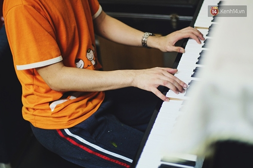 10 ngón tay cậu sử dụng bàn phím rất uyển chuyển.