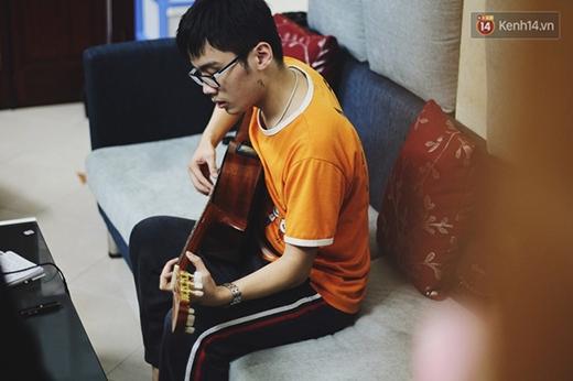 """Hiếu chơi guitar những bản nhạc cổ điển như """"Romantic amour"""" cũng rất hay."""