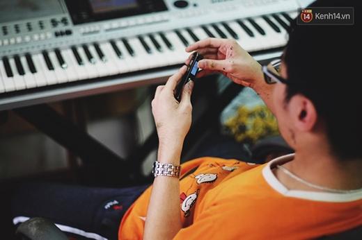 Vì thế, cậu rất thích ghi âm lúc mình đánh đàn rồi cho vào máy tính để trộn nhạc.