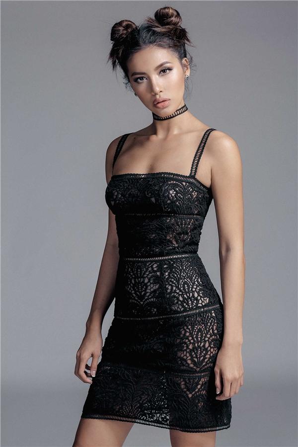 Thoạt nhìn, các thiết kế bằng ren trôngđơn giản nhưngđể thực hiện được phom váy như mong muốn lại khá khó khăn bởi đường cắt, may rất dễ bị lệch vì những khoảng hở đặc trưng.