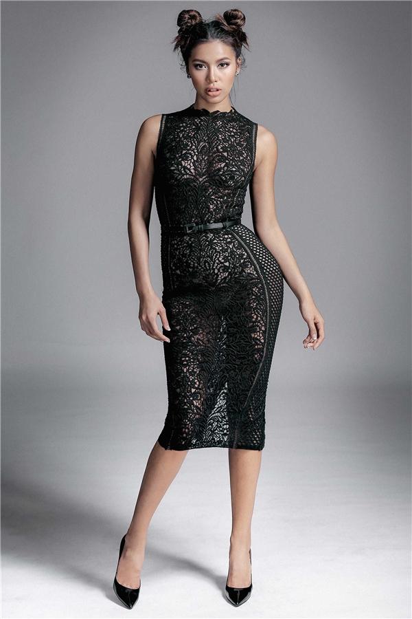 Thay vào cấu trúc đối xứng thường thấy, bộ váy của Minh Tú lại được kết hợp hai mảng họa tiết khác nhau không theo tỉ lệ. Thiết kế mang đến vẻ đẹp hiện đại, táo bạogiữa dòng chảy sôi động của làng thời trang Việt Nam.