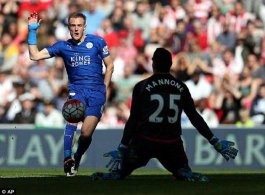 Vardy (trái) chỉ còn cách người dẫn đầu danh sách ghi bàn Premier League hiện tại là Harry Kane đúng 1 bàn.