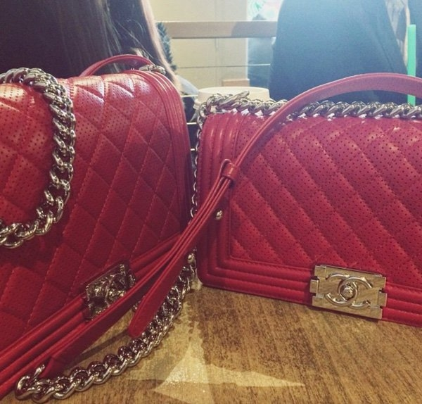 Túi xách Chanel Boy đỏ có giá khoảng 3.700 USD mỗi chiếc (hơn 80 triệu đồng) - Tin sao Viet - Tin tuc sao Viet - Scandal sao Viet - Tin tuc cua Sao - Tin cua Sao