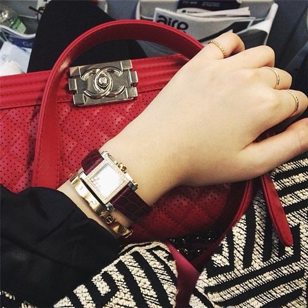 Anh Sa dùng túi Chanel, đeo đồng hồ Chopard. Giá của đồng hồ thương hiệu này thường dao động từ vài trăm triệu tới vài tỷ đồng - Tin sao Viet - Tin tuc sao Viet - Scandal sao Viet - Tin tuc cua Sao - Tin cua Sao