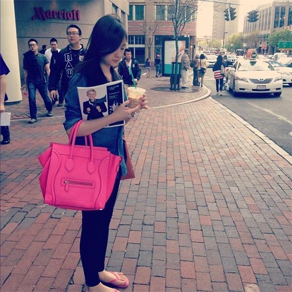 Mẫu túi Celine màu Fuschia trong ảnh có mức giá khoảng 1.700 USD (hơn 37 triệu đồng) - Tin sao Viet - Tin tuc sao Viet - Scandal sao Viet - Tin tuc cua Sao - Tin cua Sao