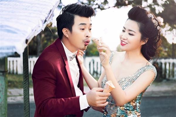 """Khoảnh khắc vui nhộn cực kì đáng yêu của đôi vợ chồng diễn viên Lê Khánh - Tuấn Khải trong ngày cưới. Cặp đôi từng có nhiều năm gắn bó và tìm hiểu trước khi đi đến ngưỡng cửa hôn nhân đầy hạnh phúc.   Đám cưới với không gian tiệc đậm chất Sài Gòn những năm1950 của Ngân Khánh từngthu hút sự chú ý từđông đảongười hâm mộ. Trong tiệc cưới, đôi tân lang tân nương ngượng ngập trao nhau nụ hôn trước sự """"ép buộc"""" của bạn bè. Cô dâu và chú rể còn phải tham gia màn bịt mắt tìm cô dâu trong tiệc cưới. Sau đó, cặp đôi tiếp tục nhắm mắt và đútbánh kem cho nhau trên sân khấu trong tiếng reo hò, cổ vũ của 300 khách mời. - Tin sao Viet - Tin tuc sao Viet - Scandal sao Viet - Tin tuc cua Sao - Tin cua Sao"""